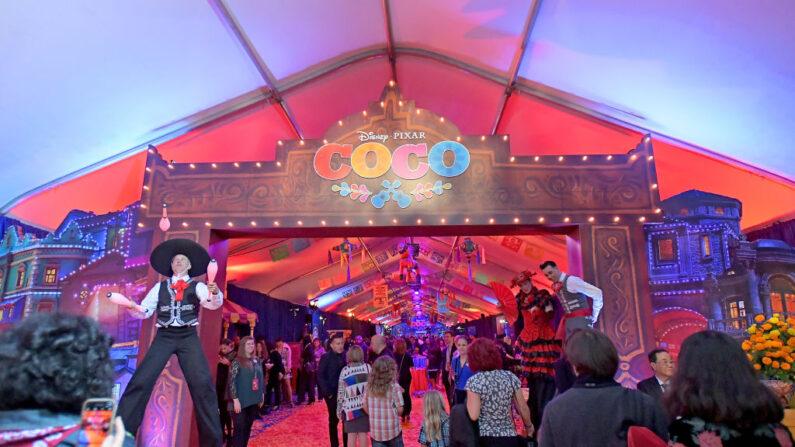 """Invitados al estreno en Estados Unidos de """"Coco"""" de Disney-Pixars en el Teatro El Capitán el 8 de noviembre de 2017, en Hollywood, California. (Charley Gallay/Getty Images para Disney)"""