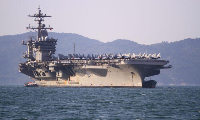 Aviones militares, incluidos los aviones de combate F/A-18, se ven estacionados en la cubierta de vuelo del USS Carl Vinson, el portaaviones de propulsión nuclear de la Armada de Estados Unidos de clase Nimitz, anclado frente a la costa en Danang el 5 de marzo de 2018. (Linh Pham/AFP vía Getty Images)