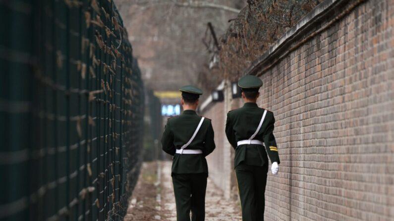 Policías paramilitares chinos patrullan en Beijing el 28 de marzo de 2018. (Greg Baker/AFP vía Getty Images)