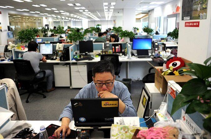 Un hombre utilizando una laptop en una oficina de Sina Weibo, ampliamente conocida como la versión china de Twitter, en Beijing, el 16 de abril de 2014. (Wang Zhao/AFP/Getty Images)