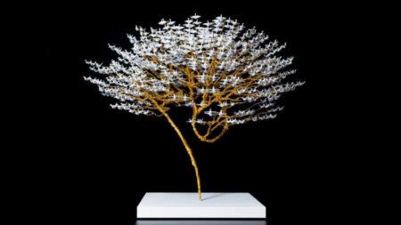 Artista japonés convierte miles de grullas de origami en bonsáis que llevan un mensaje