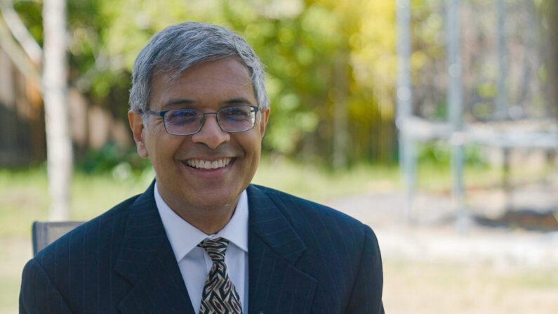 El Dr. Jay Bhattacharya, profesor de medicina en la Universidad de Stanford, en California el 17 de abril de 2021. (Tal Atzmon/The Epoch Times)