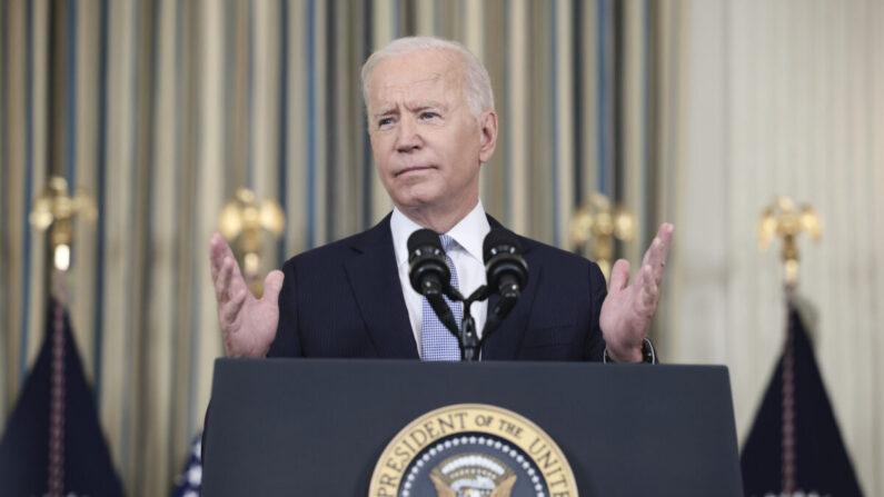 El presidente Joe Biden gesticula mientras habla con los periodistas en la Casa Blanca en Washington, el 24 de septiembre de 2021. (Anna Moneymaker/Getty Images)