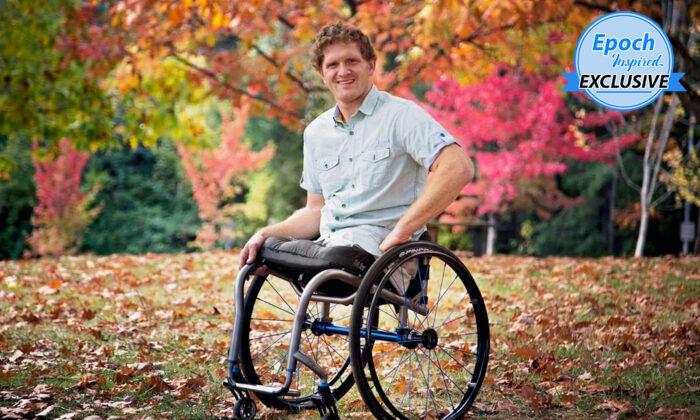Hombre al que le amputaron ambas piernas a los 6 años, ahora es atleta, mecánico y padre