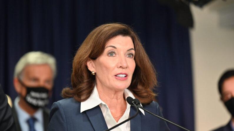 """La gobernadora de Nueva York, Kathy Hochul, habla en la ceremonia de firma de la ley """"Menos es más"""", en Nueva York, el 17 de septiembre de 2021. (Kevin P. Coughlin/Oficina del Gobernador)"""
