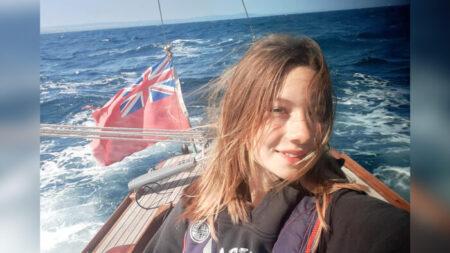 Niña de 14 años se convierte en la más joven en navegar 1600 millas alrededor de Gran Bretaña