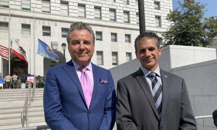 El fiscal de distrito adjunto del condado de Los Ángeles, Jon Hatami (der.) y su el abogado Brian Claypool, frente al Salón de Justicia, en el centro de Los Ángeles, el 8 de septiembre de 2021. (Linda Jiang/The Epoch Times)