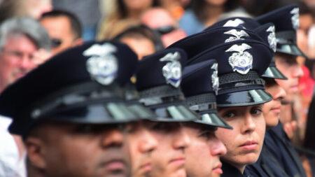 Empleados de LAPD presentan una demanda federal contra la ciudad por orden de vacunación