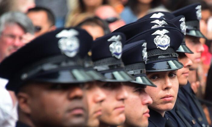 Los reclutas de la policía asisten a su ceremonia de graduación en la sede de LAPD en Los Ángeles, el 8 de julio de 2016. (Frederic J. Brown/AFP a través de Getty Images)
