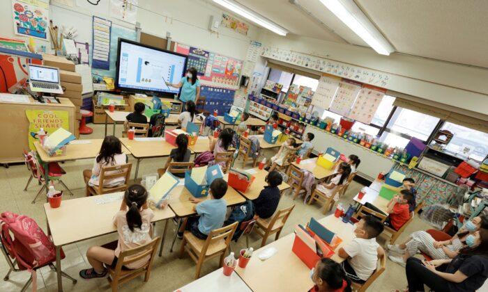Un profesor con sus estudiantes del programa de verano es visible a través de un monitor en la escuela Yung Wing P.S. 124, en la ciudad de Nueva York, el 22 de julio de 2021. (Michael Loccisano/Getty Images)
