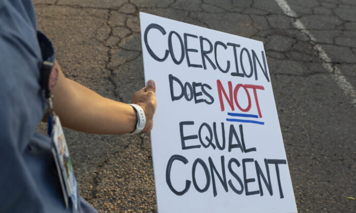 Las enfermeras del condado de Orange que optan por no recibir las vacunas contra el coronavirus se reúnen en Huntington Beach, California, el 2 de septiembre de 2021. (John Fredricks/The Epoch Times)