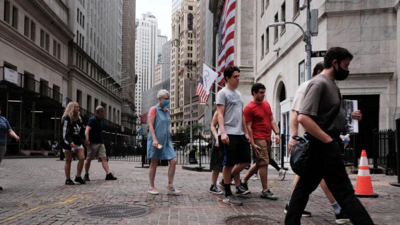 La gente camina junto a la Bolsa de Nueva York (NYSE) el 10 de agosto de 2021 en la ciudad de Nueva York. (Spencer Platt/Getty Images)