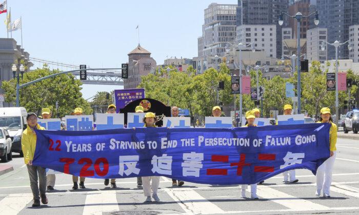 Los practicantes de Falun Gong piden el fin de la persecución llevada a cabo por el Partido Comunista Chino (PCCh), que actualmente lleva 22 años, durante un desfile en San Francisco, el 17 de julio de 2021. (Cynthia Cai/The Epoch Times)
