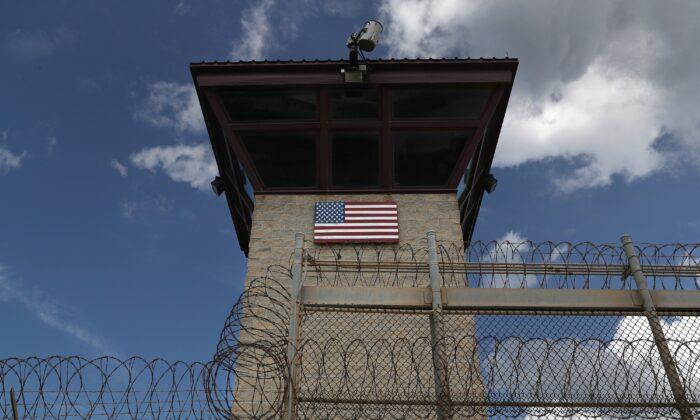 """DHS busca contratista privado que """"domine el criollo haitiano"""" para centro migratorio de Guantánamo"""