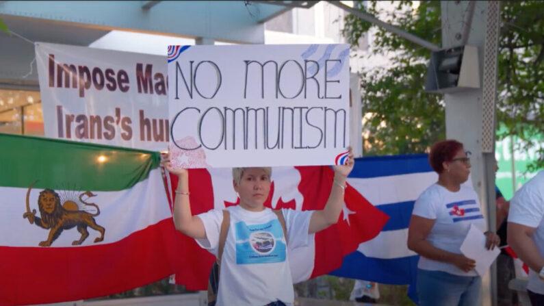 Las comunidades iraní y cubana se manifiestaron frente a la oficina del distrito electoral del líder liberal Justin Trudeau en Montreal el 11 de septiembre de 2021. (NTD Television)