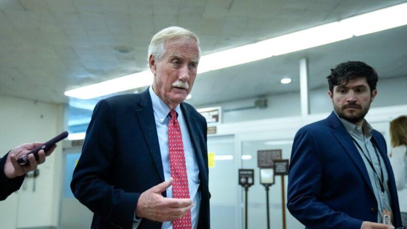 El senador Angus King (I-Maine) habla con los reporteros mientras camina por el metro del Senado en el Capitolio en Washington el 21 de junio de 2021. (Drew Angerer/Getty Images)