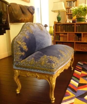 sillón bordado en hilos de oro