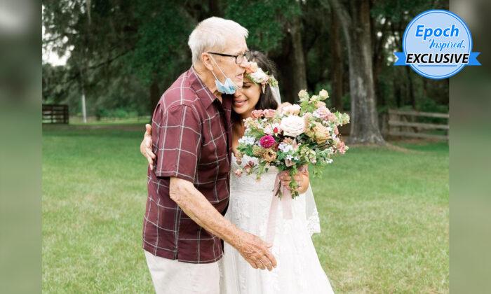 """Novia se sorprende al ver a su abuelo inesperadamente en su boda: """"Lo abracé y lloré en sus brazos"""""""