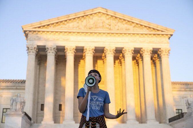Un activista habla frente a la Corte Suprema en protesta contra la nueva ley de aborto de Texas en Washington el 2 de septiembre de 2021. (Drew Angerer/Getty Images)