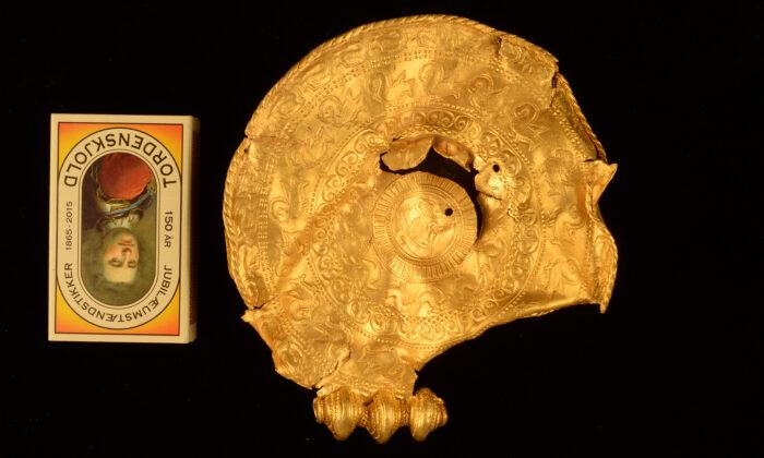 Hombre encuentra trozos de enormes medallones de oro de hace 1500 años