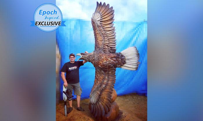 Artista con motosierra esculpe una enorme e impresionante águila que despliega sus alas en vuelo