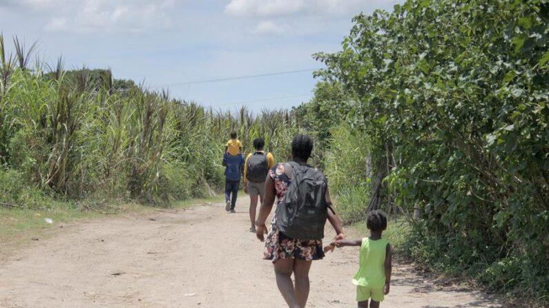 Un grupo de migrantes haitianos caminan mientras buscan nuevas rutas de salida para evitar ser detenidos por autoridades mexicanas, el 16 de septiembre de 2021 en el municipio de Tapachula en el estado de Chiapas (México). EFE/Juan Manuel Blanco