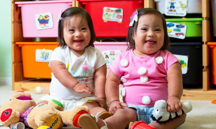 Madre comparte alegría de criar a gemelas idénticas con síndrome de Down, ¡uno entre un millón!