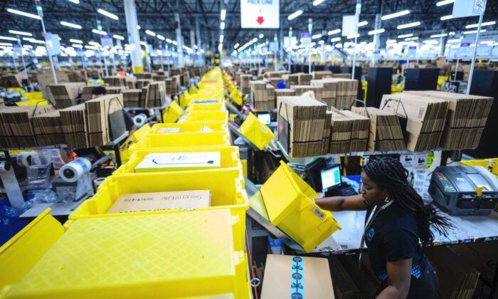 Newsom firma proyecto de ley dirigido a cuotas de producción en Amazon y otros operadores de almacenes