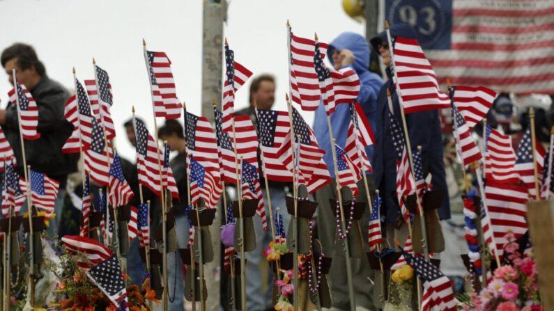 Banderas estadounidenses ondean en el lugar de conmemoración de los atentados terroristas del 11 de septiembre de 2001, en una fotografía de archivo. (Jeff Swensen/Getty Images)