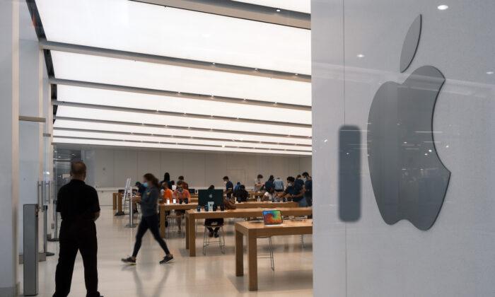Un grupo de personas visita la tienda de Apple en el centro comercial Oculus de Manhattan el 29 de julio de 2021. (Spencer Platt/Getty Images)