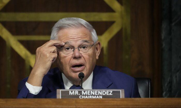 El presidente del comité, el senador Bob Menendez (D-N.J.) cuestiona al secretario de Estado de Estados Unidos, Antony Blinken, durante una audiencia del Comité de Relaciones Exteriores del Senado en el Capitolio en Washington el 14 de septiembre de 2021. (Drew Angerer/Getty Images)