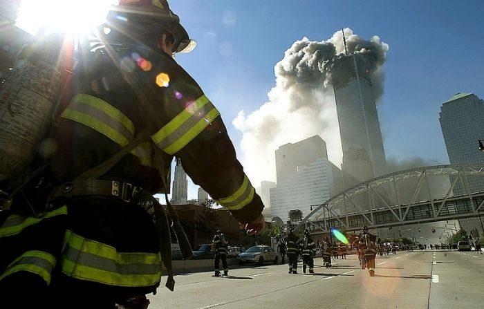 Bomberos caminan hacia una de las torres del World Trade Center antes de que se derrumbara después de que un avión chocara con el edificio el 11 de septiembre de 2001 en la ciudad de Nueva York. (Jose Jimenez/Primera Hora/Getty Images)