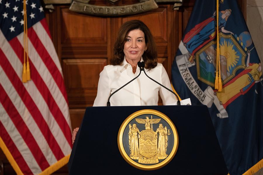 Extranjeros podrían reemplazar a trabajadores de salud no vacunados en el estado de NY: Gobernadora