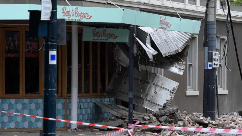 Daños en el exterior de Betty's Burgers en Chappel Street en Windsor luego de un terremoto, Melbourne, Australia, el 22 de septiembre de 2021. (EFE/EPA/JAMES ROSS)