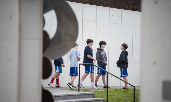Gobierno de Biden investiga prohibición de Texas a las normas escolares de uso de mascarillas