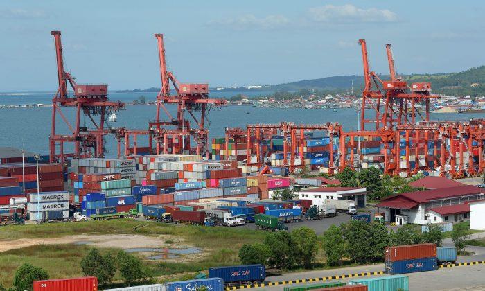 El puerto de Sihanoukville, en Camboya, forma parte de la iniciativa la Franja y la Ruta del régimen chino. Su proyecto de conectar a África, Asia y Europa mediante la construcción de una red de ferrocarriles y carreteras es objeto de críticas. (Tang Chhin Sothy/AFP/Getty Images)