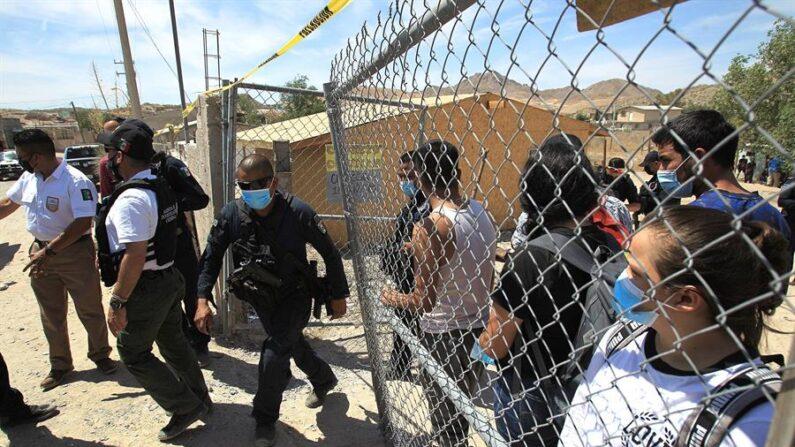 Fotografía de archivo en donde se observan agentes de la Fiscalía General de la República de México escoltar desde una casa a más de un centenar de ilegales secuestrados. EFE/ Luis Torres