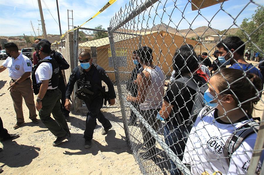 Hallan a 42 migrantes centroamericanos encerrados en una casa de centro de México