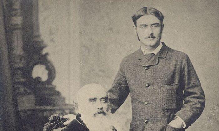 ¿Podemos seguir los consejos de nuestros mayores? Rudyard Kipling (der.) con su padre, John Lockwood Kipling, alrededor de 1890. (PD-US)