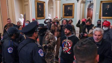 Un acusado por irrumpir en el Capitolio vuelve a la cárcel tras ser sorprendido usando Internet