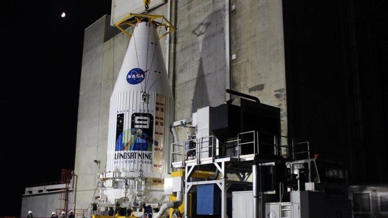 Fotografía cedida por United Launch Alliance donde se muestra un transportador de carga con el satélite Landsat 9 mientras sale de la plataforma de Procesamiento Integrado camino al Complejo de Lanzamiento Espacial 3 de la Base de la Fuerza Espacial en Vandenberg (California) para ser acoplada al cohete Atlas V. EFE/United Launch Alliance