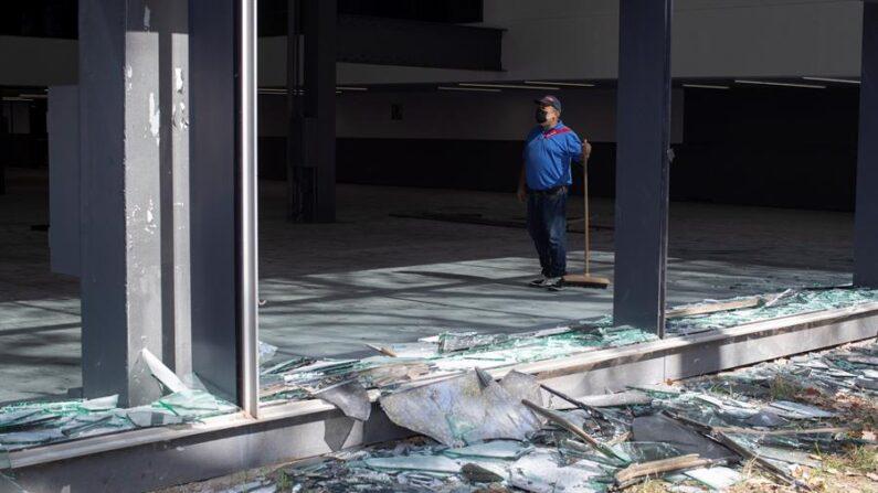 Desperfectos ocasionados en el Palacio de Congresos de Fira de Barcelona (España) a consecuencia del macrobotellón de la pasada noche, durante la visita de la alcaldesa de Barcelona, Ada Colau, este sábado 25 de septiembre. EFE/Marta Pérez