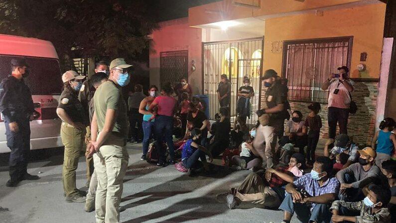 Fotografía de archivo cedida el 9 de septiembre de 2021 por la Secretaría de Gobernación, de elementos del Instituto Nacional de Migración de México que resguardan a inmigrantes en una casa, de la ciudad de Monterrey, estado de Nuevo León (México). EFE/Secretaría de Gobernación