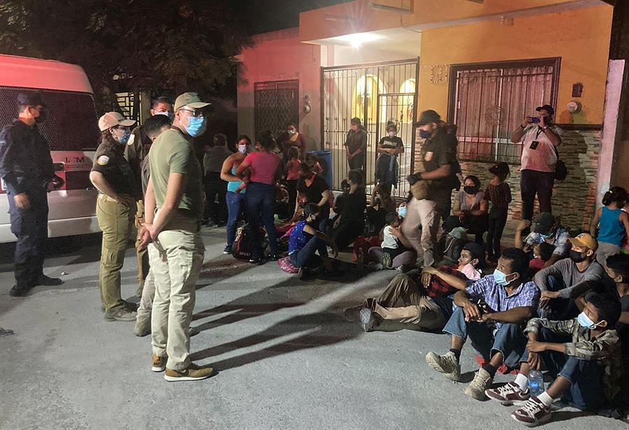 Agentes hallan a 133 migrantes en casa de seguridad en centro de México