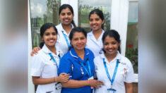 Cuatrillizas de 21 años siguen los pasos de su madre y se convierten en enfermeras