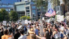 """Miles de personas se concentran """"por la libertad"""" en NY para oponerse al pasaporte de vacunación"""