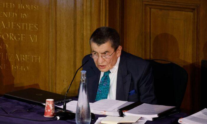Geoffrey Nice pronuncia el discurso de apertura en el primer día de audiencias del Tribunal Uigur, un grupo de abogados y expertos en derechos con sede en el Reino Unido que investiga los supuestos abusos contra los uigures en China, en Londres, el 4 de junio de 2021. (Tolga Akmen/AFP vía Getty Images)