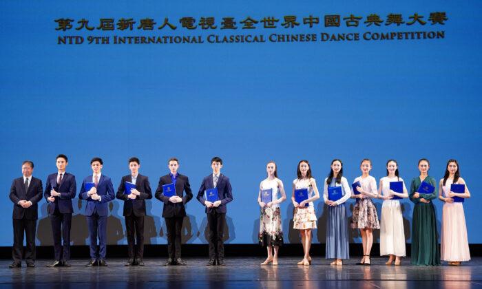 Los ganadores del Premio de Oro en el escenario del 9º Concurso Internacional de Danza China Clásica del NTD el 5 de septiembre de 2021. (Larry Dye/The Epoch Times)