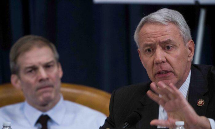 El representante Ken Buck (R-Colo.) a la derecha de esta foto de archivo. (Doug Mills-Pool/Getty Images)