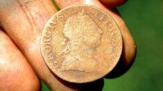 Hombre encuentra una rara moneda del siglo XVIII mientras paseaba el perro de su hijo